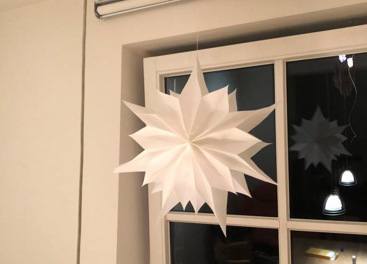 Weihnachtssterne aus Butterbrotpapier - Eine tolle Anleitung